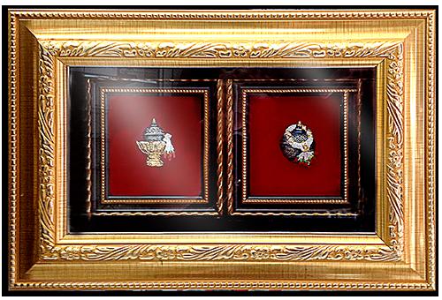 กรอบรูปหลุยส์ประดับเข็มกลัดลายไทยลายชามเบญจรงค์เหมาะสำหรับเป็นของที่ระลึก ของชำร่วย และเป็นของใช้สำหรับตกแต่งบ้าน