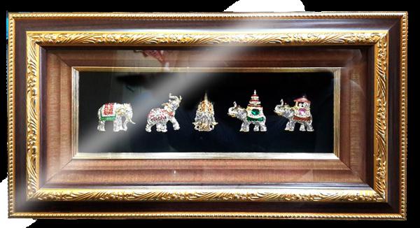 กรอบรูปหลุยส์ผ้าไหมประดับเข็มกลัดลายไทยลายช้างเอราวัณเหมาะสำหรับเป็นของที่ระลึก ของชำร่วย และเป็นของใช้สำหรับตกแต่งบ้าน