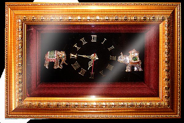 กรอบรูปหลุยส์ผ้าไหมลายไทยประดับนาฬิกาลายช้างเหมาะสำหรับเป็นของที่ระลึก ของชำร่วย และเป็นของใช้สำหรับตกแต่งบ้าน