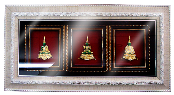 กรอบรูปหลุยส์ผ้าไหมลายไทยลายพระแก้วมรกตกรอบขาวเหมาะสำหรับเป็นของที่ระลึก ของชำร่วย และเป็นของใช้สำหรับตกแต่งบ้าน