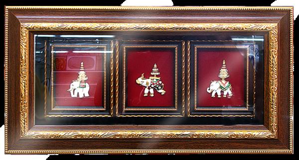 กรอบรูปหลุยส์ผ้าไหมลายไทยลายช้างเผือกกรอบขาวเหมาะสำหรับเป็นของที่ระลึก ของชำร่วย และเป็นของใช้สำหรับตกแต่งบ้าน