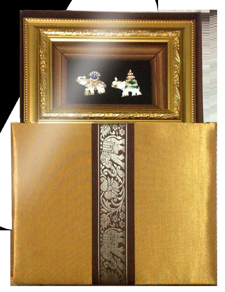 กรอบรูปหลุยส์ลายไทยลายช้างคู่พร้อมกล่องผ้าไหมเหมาะสำหรับเป็นของที่ระลึก ของชำร่วย และเป็นของใช้สำหรับตกแต่งบ้าน