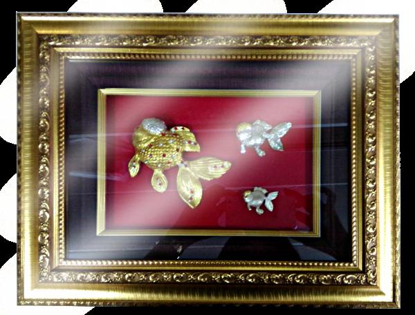 กรอบรูปหลุยส์ผ้าไหมลายไทยประดับเข็มกลัดลายไทยลายปลาทองเหมาะสำหรับเป็นของที่ระลึก ของชำร่วย และเป็นของใช้สำหรับตกแต่งบ้าน