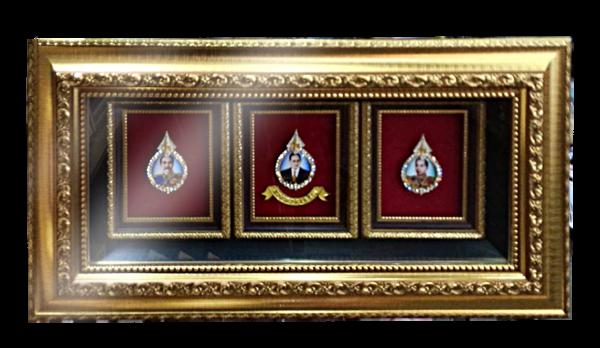 กรอบรูปหลุยส์ผ้าไหมลายไทยประดับเข็มกลัดลายไทยลายในหลวงรัชกาลต่าง ๆเหมาะสำหรับเป็นของที่ระลึก ของชำร่วย และเป็นของใช้สำหรับตกแต่งบ้าน