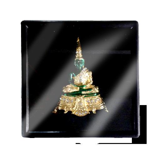 เข็มกลัดลายไทยลายพระพุทธรูปมรกตเหมาะสำหรับเป็นของที่ระลึก ของฝาก และของชำร่วยในงานพิธีต่าง ๆ