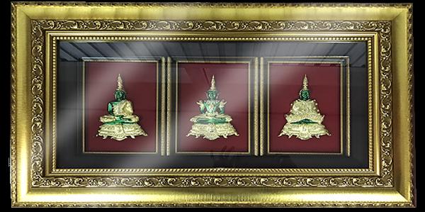 กรอบรูปหลุยส์ผ้าไหมลายไทยประดับเข็มกลัดลายไทยลายพระแก้วมรกต 3 ฤดู เหมาะสำหรับเป็นของที่ระลึก ของชำร่วย และเป็นของใช้สำหรับตกแต่งบ้าน
